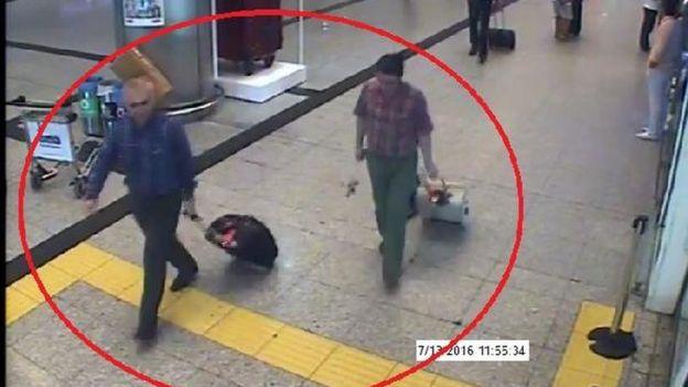 Kemal Batmaz ve Adil Öksüz'ün 13 Temmuz'daki Atatük Havalimanı'ndaki görüntüleri.