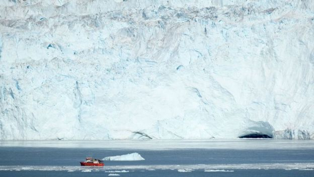 Un barco en la costa de Groenlandia