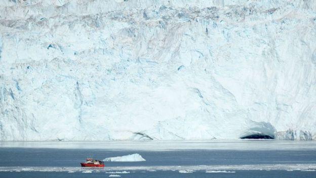 Barco na costa da Groenlândia