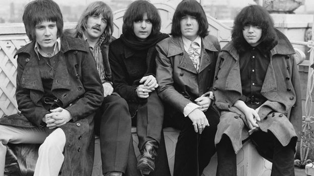 Ранние Deep Purple, до вступления в группу Гиллана и Гловера. Слева направо: вокалист Род Эванс, клавишник Джон Лорд, гитарист Ричи Блэкмор, басист Никки Симпер, барабанщик Иэн Пейс. 1969 год