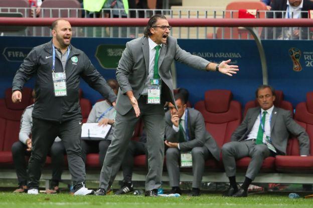 El seleccionador de Arabia Saudita, el argentino Juan Antonio Pizzi, da instrucciones a sus jugadores.