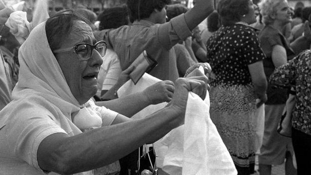 Mujer llorando en una protesta
