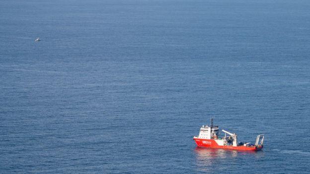 Barco en el lugar donde se encuentran sumergidos los restos de la aeronave.