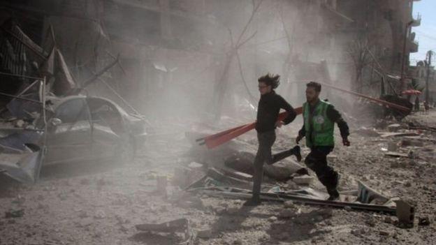 تشير التقارير إلى أن الغارات الجوية أحدثت دمارا هائلا في دوما، كبرى بلدات الغوطة الشرقية.