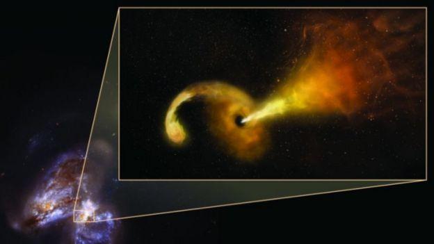 ภาพจากฝีมือศิลปินขยายให้เห็นไอพ่นพลังงานสูงจากหลุมดำ ซึ่งปรากฏเป็นจุดสว่างในภาพคู่ดาราจักร (มุมซ้ายล่าง)ที่บันทึกไว้ได้