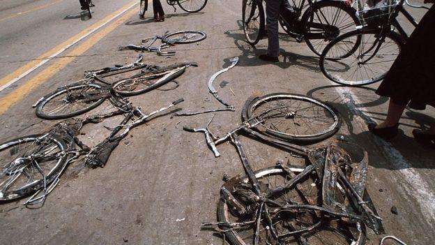Những chiếc xe đạp bị cán nát