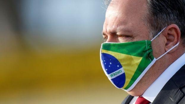 Ministro da Saúde de máscara