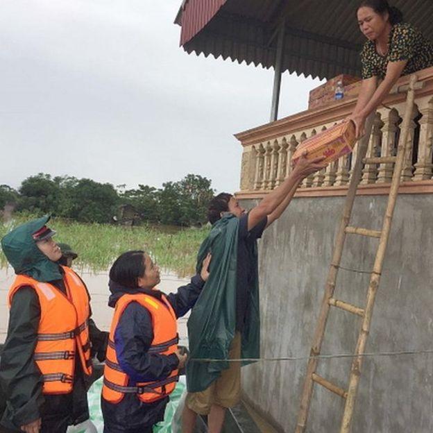Cứu trợ nhà dân sau mưa lụt ở Thanh Hóa