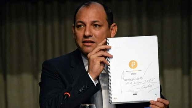 El ministro de Ciencia, Tecnología y Educación Universitaria de Venezuela, Hugbel Roa, sostiene el documento con la propuesta financiera del petro.