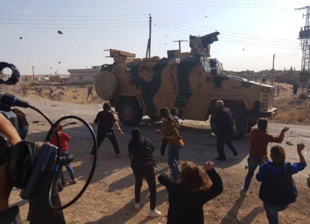 أهالي كوباني (عين العرب) يستقبلون الدوريات التركية-الروسية بالحجارة