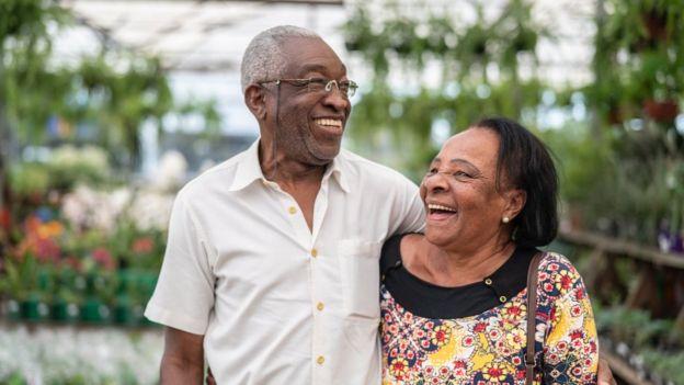 Casal de idosos abraçados e rindo