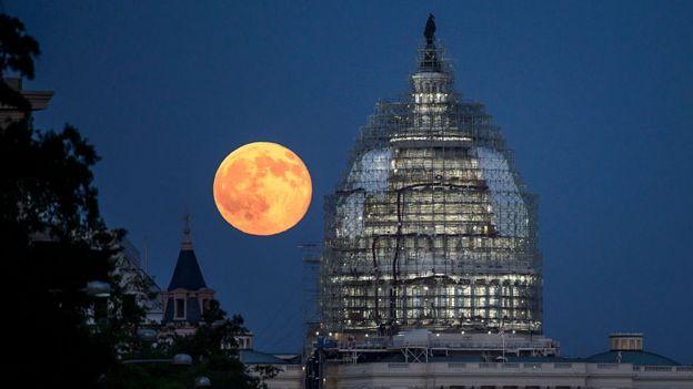 La Luna, sobre el Capitolio de Washington.