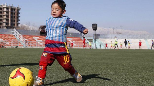 Афганский мальчик в форме Месси
