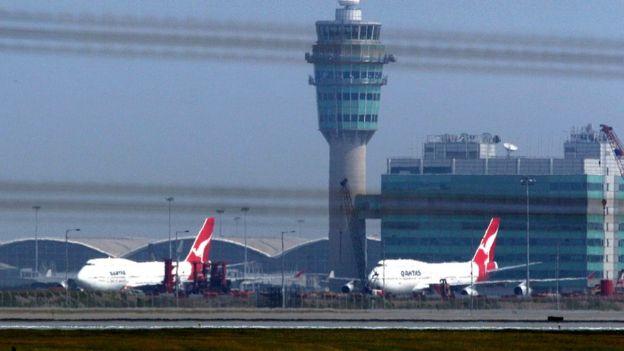 兩架停在香港機場塔台前的澳航客機(資料圖片)
