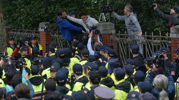 勞工團體採取激烈方式抗議勞動基凖法