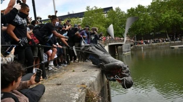Bristol'da yerinden sökülüp nehre atılan Edward Colston heykeli