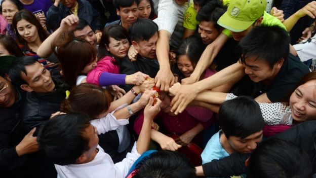 Người dân tranh giành lộc do nhà sư ném ra tại chùa Hương. Ảnh: Tiến Tuấn/Zing.vn