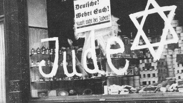 Fachada de loja dizendo para não comparem das mãos dos judeus Photo Archive, 3116/50