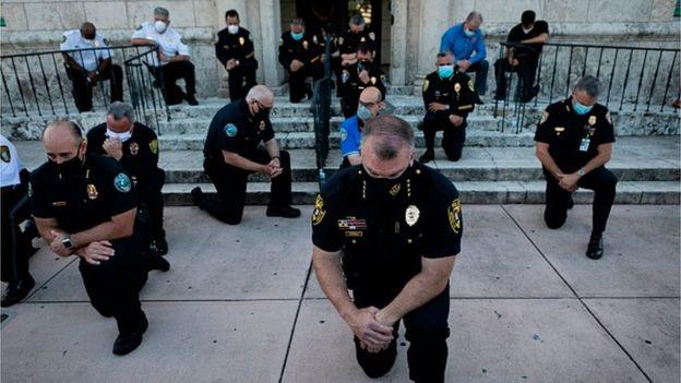 """В ряде городов полицейские поддержали протестующих, встав на одно колено в знак поддержки движения """"Жизнь чернокожих имеет значение"""""""