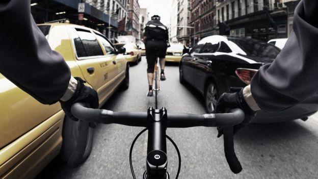Persona montando bicicleta