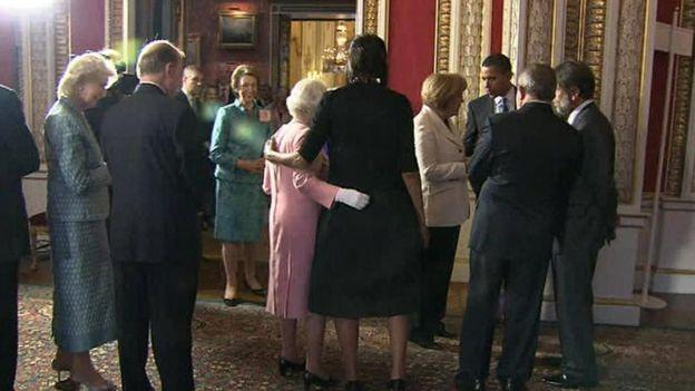 ملکه الیزابت دوم و میشل اوباما در کاخ سلطنتی