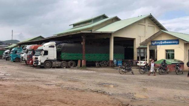 မူဆယ် ၁၀၅ မိုင်ကားကွင်းမှာ ကုန်ကားတွေ အဝင်အထွက်ပြန်ရှိနေ