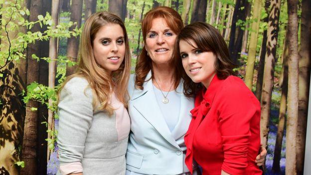 يوجيني (يمين) مع والدتها وشقيقتها