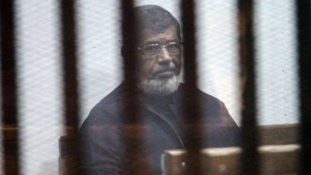 محمد مرسی، رئیسجمهوری پیشین مصر ابتدا به اعدام محکوم شد. اما در دادگاه تجدید نظر این حکم لغو شد. او همچنان در زندان به سر میبرد