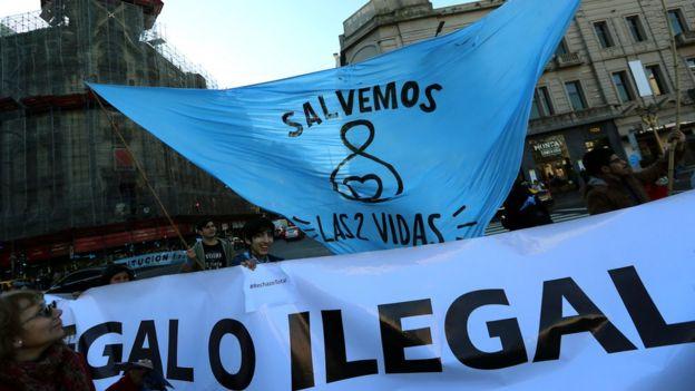Marcha y bandera contra la despenalización del aborto