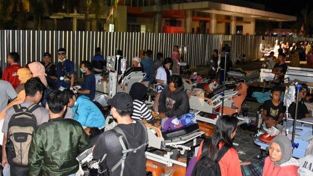 Pasien diungsikan ke luar rumah sakit di Mataram menyusul gempa kuat berkekuatan tujuh pada Skala Richter Minggu (05/08).