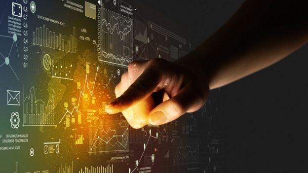 Serie de datos en una pantalla y una mano señalándolos.
