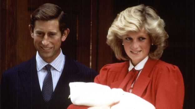 Los príncipes de Gales con el príncipe Harry recién nacido.