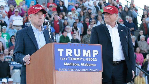 Sessions y Trump durante un mitin en Alabama en febrero de 2016.