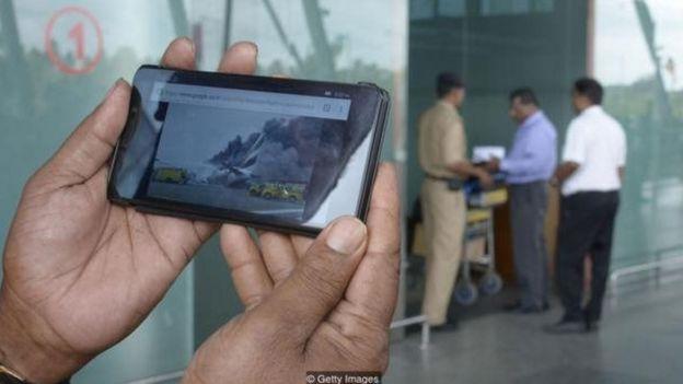 Celular mostrando acidente de avião