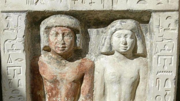 tumba egípcia com um casal