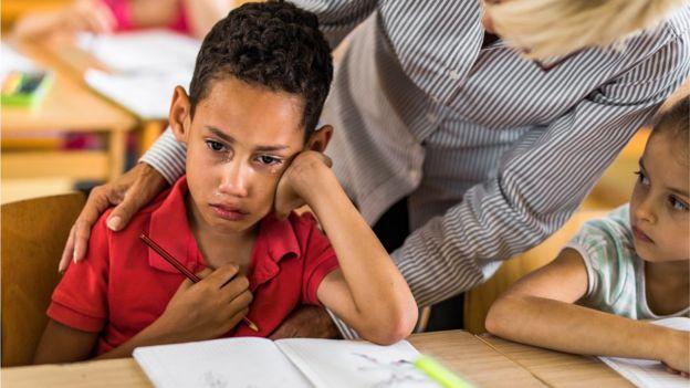 niño llorando maestra