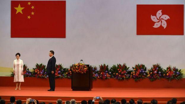 Carrie Lam đứng cùng Chủ tịch Trung Quốc Tập Cận Bình trong lễ nhậm chức lãnh đạo Hong Kong hồi 2017