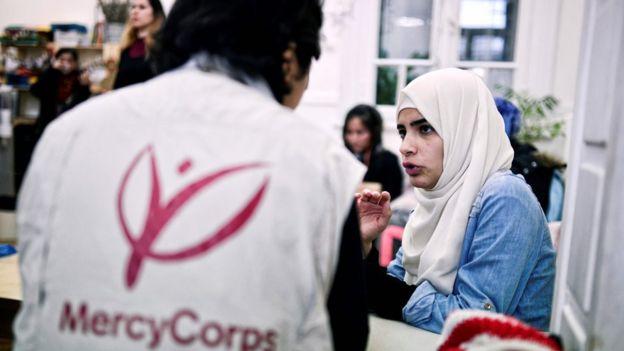 Yunanistan'da Suriyeli mültecilere yardım eden bir Mercy Corps çalışanı