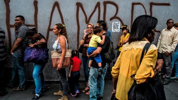 Fila para comprar alimentos en Venezuela