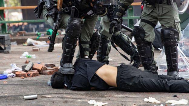 Cảnh sát đạp lên đầu một người biểu tình ở Hong Kong trong một đợt bắt giữ