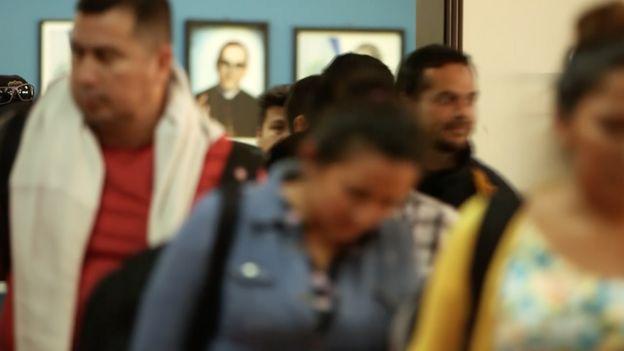 Fila de emigrados en su llegada al centro La Chacra.