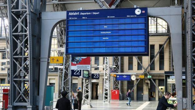 Papan informasi digital di stasiun di Frankfurt, Jerman, tidak menampilkan informasi jadwal kereta.