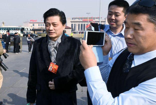 全国政协十二届五次会议在北京人民大会堂开幕,崔永元委员步入会场。