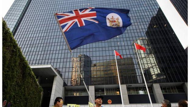 在中國國慶日,有香港示威者高舉港英旗抗議。