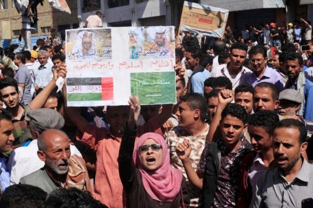 Yemen'in Taiz kentinde düzenlenen Suudi Arabistan ve Birleşik Arap Emirlikleri karşıtı bir gösteri