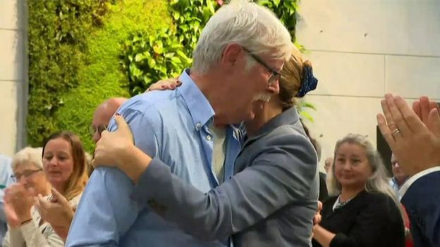 Mette Frederiksen hugs Poul-Erik Rasmussen, who campaigned for years for an apology
