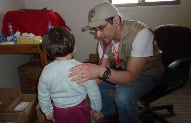 Jihad Shoshara examinando un paciente durante sus viajes de misión médica en Jordania para la Sociedad Médica Sirio Estadounidense.