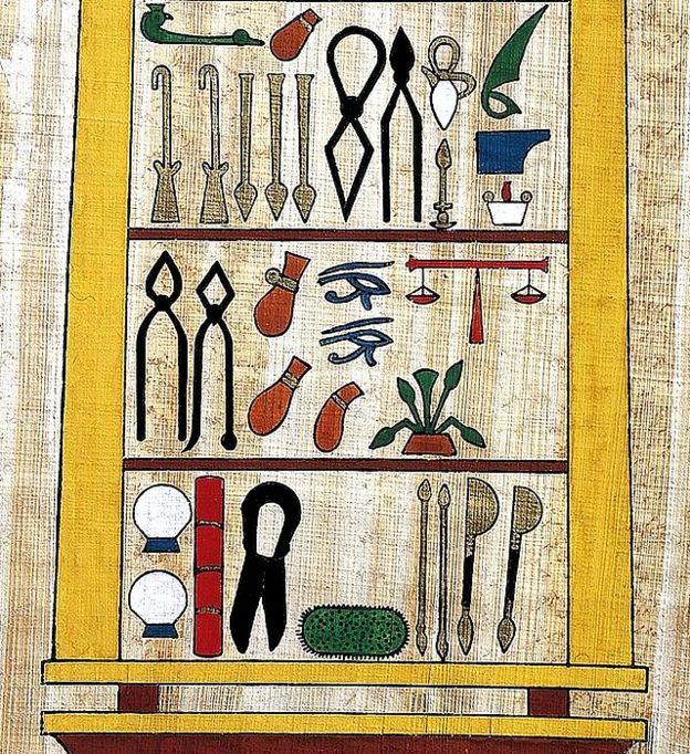 Imagem de instrumentos cirúrgicos do Egito antigo