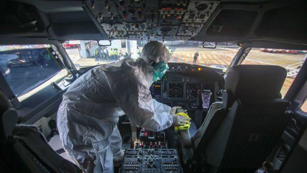 Petugas melakukan proses sterilisasi kokpit pesawat Lion Air di Terminal 1 Bandara Soekarno Hatta, Tangerang, Banten, Selasa (17/03).
