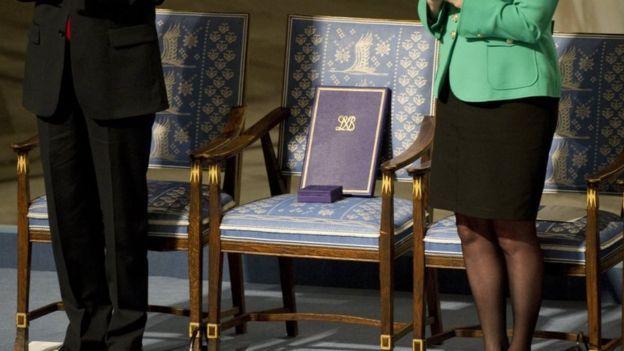 لیو شیائوبو در زندان بود که جایزه صلح نوبل را برد. در مراسم اهدای جایزه، یک صندلی خالی به یادش گذاشتند